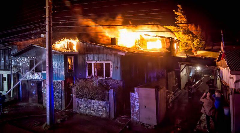 Voraz incendio destruyó vivienda en población Carlos Ibáñez