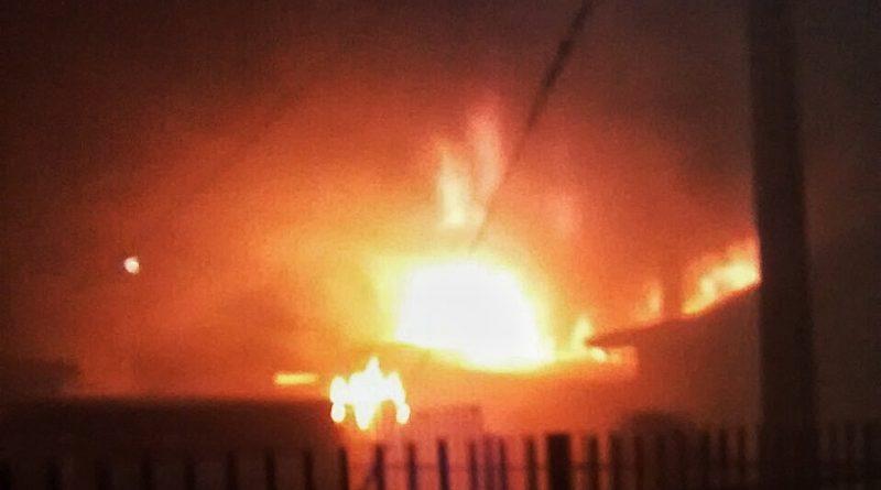 Dos galpones destruidos por incendio en la población Juan Williams