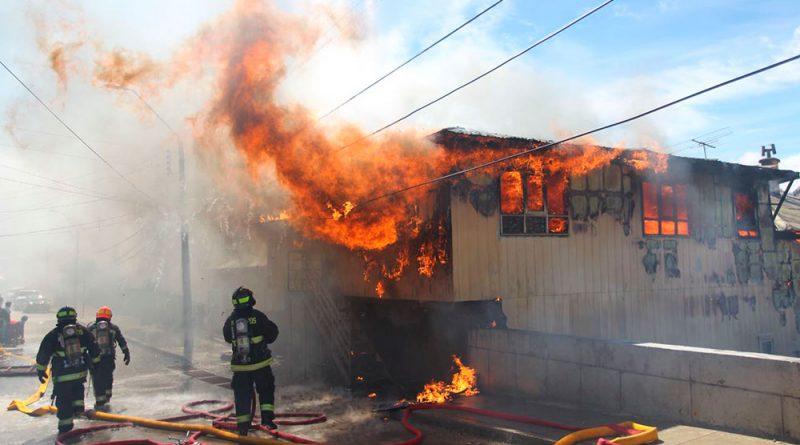 Incendio destruyó almacén y hogar de antiguos vecinos en Río de la Mano