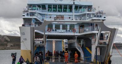 Ferry no pudo recalar en Tres Puentes: Pasajeros molestos por la no autorización de llegada