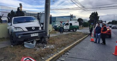 Alcalde se querelló contra conductor ebrio que destrozó semáforo