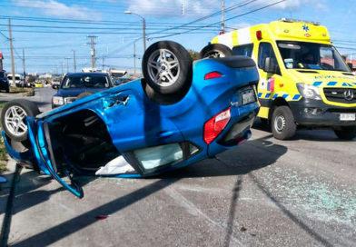 Una persona lesionada tras colisión con volcamiento