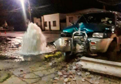 Conduciendo ebrio destrozó grifo y poste de luz en el Barrio Prat