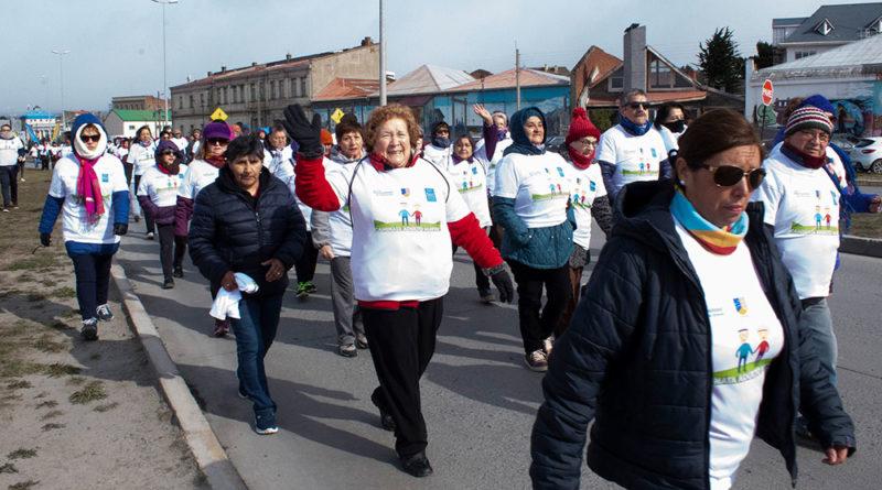 Cerca de 200 personas participaron de 1ª caminata familiar del Adulto Mayor
