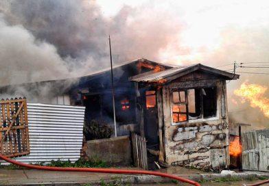 Un vecino murió en medio de incendio que destruyó tres casas en Natales