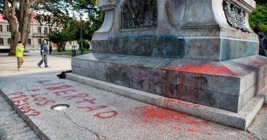 Se querellan contra responsables de arrojar pintura en monumento de la plaza de Punta Arenas