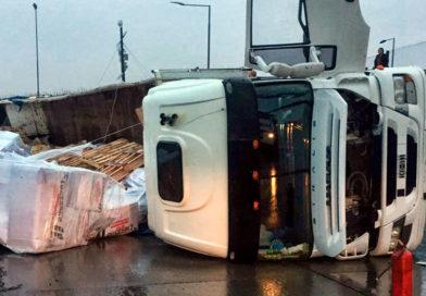 Chofer argentino salvó con vida tras volcar su camión en pista de embarcadero