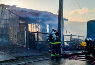 Al menos tres damnificados y un bombero lesionado tras voraz incendio