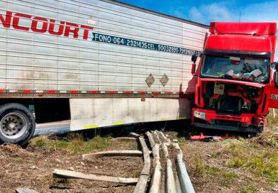 Camión terminó contra barrera de contención en el sector del Río Rubens