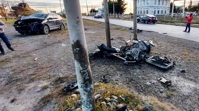 Conductora resultó herida tras estrellarse contra un poste de metal en Tres Puente