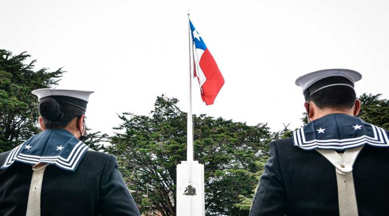 Tras meses de suspensión por la pandemia nuevamente hoy se izó la bandera en la Plaza de Armas de Punta Arenas