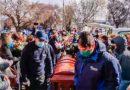 Con pétalos de rosas y masiva caravana despidieron restos de vecina del Andino