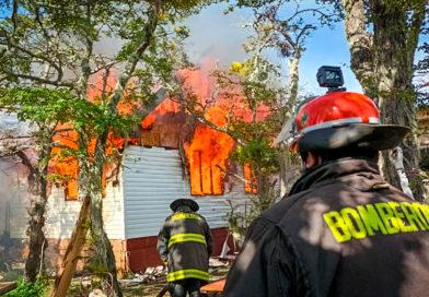 Un bomberos lesionado y una casa destruida dejó incendio en parcela del sector norte